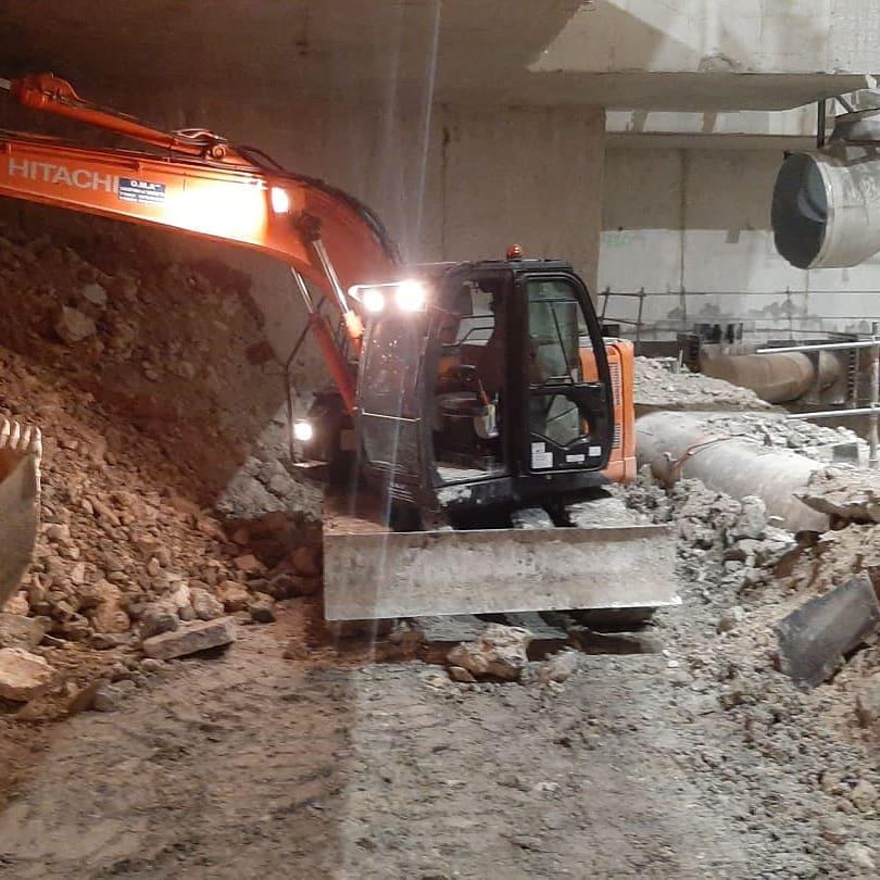 Dans les tunnels du grand Paris, pelle 14 tonnes